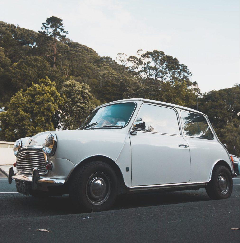 Kuva pienestä valkoisesta autosta